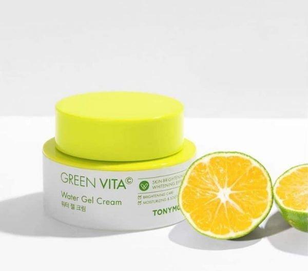 opakowanie żelowego kremu do twarzy green vita c z zieloną nakrętką obok przekrojonej na pół limonki