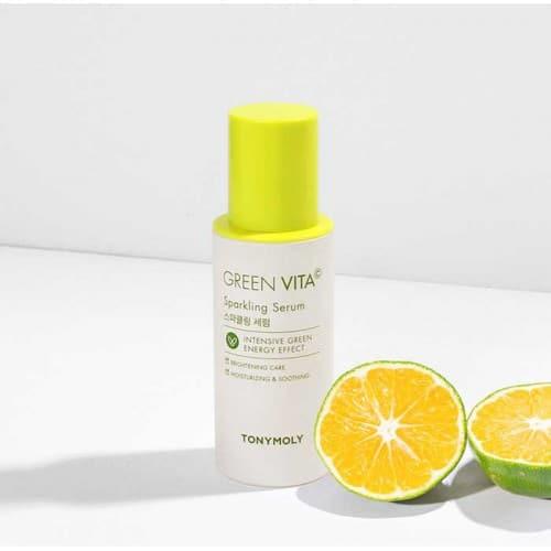 podłużna biała buteleczka serum green vita z zieloną nakrętką obok przekrojona na pół limonka